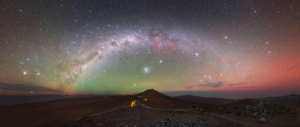 Superbe photo prise le 19 septembre 2016. Yuri Beletskty partage les beautés du ciel qu'il a saisies au-dessus des observatoires européens installés dans l'hémisphère sud (ESO), plongés dans les nuits parmi les plus limpides du monde. Le mont Paranal, au centre, haut de 2.700 m, paraît petit sous l'arche de la Voie lactée. © Y. Beletsky (LCO), ESO