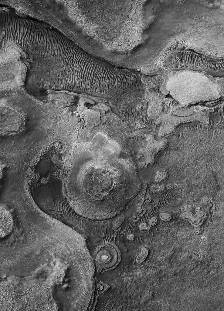Buttes sédimentaires stratifiées dans la région d'Argyre. © Nasa, JPL, université d'Arizona, éditions Xavier Barral
