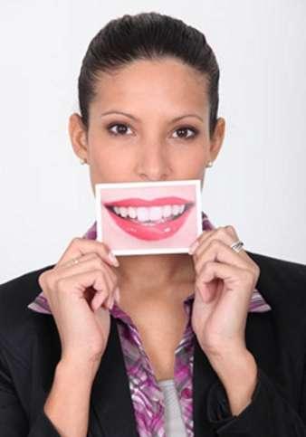 L'implant dentaire permet d'éviter le port d'un dentier. © Phovoir