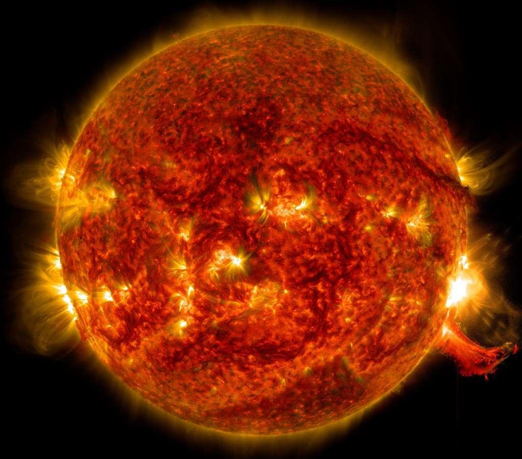 L'observatoire de la dynamique solaire de la Nasa, le satellite SDO, a capturé cette image d'une éruption solaire (en bas à droite ) le 2 octobre 2014. © Nasa / SDO