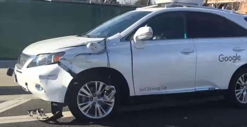 Voici ce qui est présenté comme la voiture Google impliquée dans l'accident avec un bus. La voiture autonome a décidé de s'insérer dans une voie de circulation alors qu'un bus arrivait. © Joshua Smith, YouTube