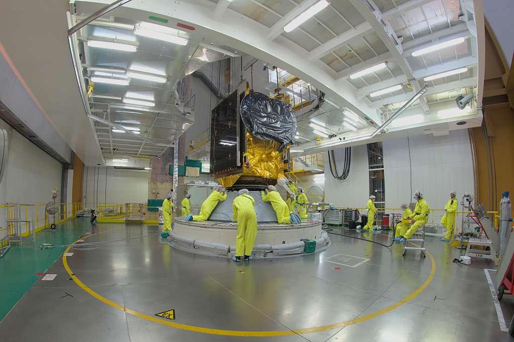 Le satellite Eutelsat Quantum est installé sur le lanceur Ariane 5, dans le Bâtiment d'assemblage final (le BAF). © ESA, M. Pedoussaut