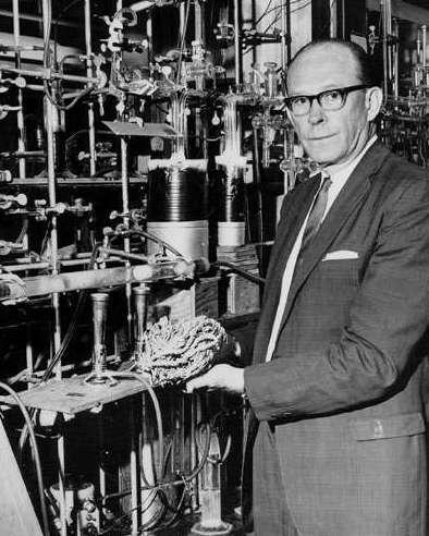 La désintégration du carbone 14 est à la base de la méthode de datation développée par Willard Libby en 1949. Elle lui vaudra le prix Nobel de physique en 1960. Toutefois, selon un autre prix Nobel, Emilio Segrè, elle lui aurait été suggérée par Enrico Fermi à l'occasion d'un séminaire à l'université de Chicago. Sur cette photo, on voit Willard Libby dans son laboratoire. © UC Regents