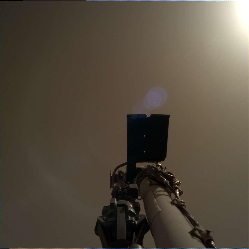 InSight a commencé à déployer son bras robotique. Image prise par la caméra IDC (Instrument Deployment Camera) le 30 novembre ou Sol 4. © Nasa, JPL-Caltech