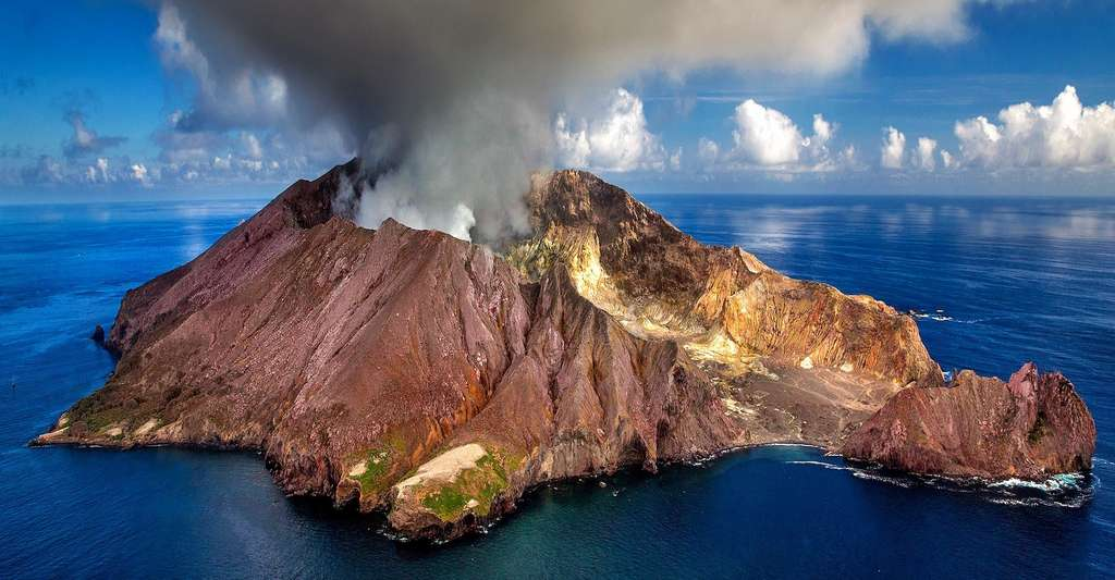 Selon les résultats de dix années d'études, depuis 100 ans environ, les émissions dans l'atmosphère de CO2 d'origine anthropique ont été 40 à 100 fois supérieures à celles provenant de sources géologiques telles que les volcans. © Julius_Silver, Pixabay License