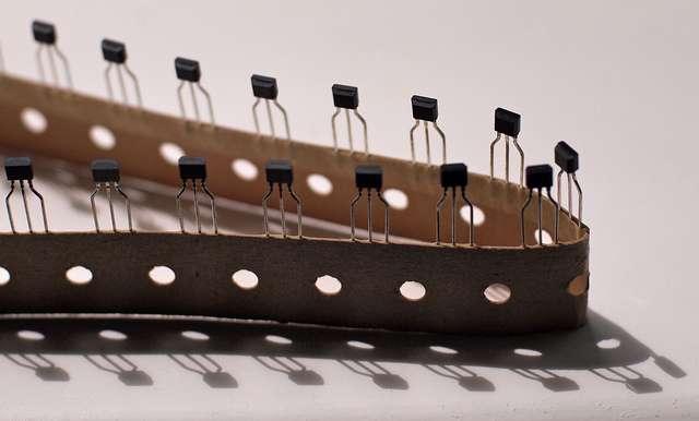 En électronique, le transistor est un élément servant d'interrupteur et d'amplificateur de signal. © Paul Downey, Flickr, cc by 2.0