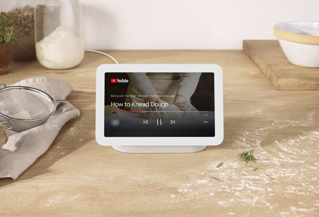 Pour les recettes de cuisine, le cadre affiche YouTube, et grâce au capteur de mouvements, plus besoin de mettre les doigts pleins de farine sur l'écran. © Google