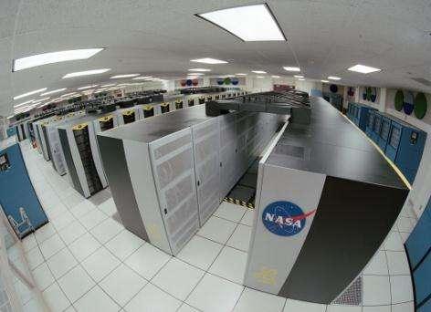 Le système SGI Altix compte 10.240 processeurs Intel Itanium, et tourne sous environnement Linux Il n'en fallait pas moins pour simuler la collision de deux trous noirs ! (Crédits : Trower, NASA)