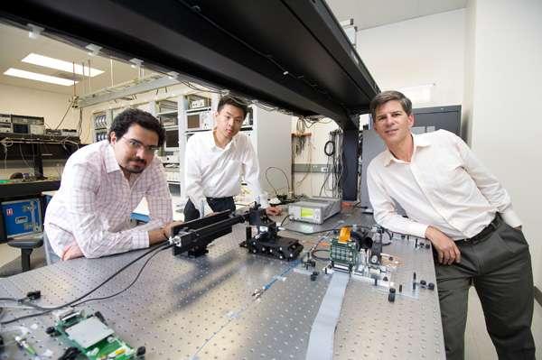 Joseph Kahn (à droite) et ses deux doctorants Reza Nasiri Mahalati (gauche) et Ruo Yu Gu (centre) sont les trois auteurs de ce micro-endoscope qui pourrait un jour éviter des manipulations trop invasives pour les patients. © John Todd