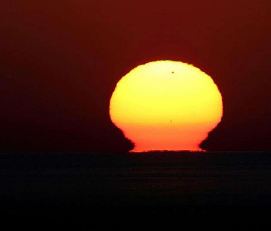 Un vase étrusque, une forme très rare de mirage solaire, pouvait être observé en Italie à l'aube du 6 juin alors que Vénus transitait devant notre étoile. © Massimo Russo