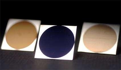 A gauche et à droite, ces deux disques dorés sont faits, respectivement, d'aluminium et de platine. Au centre, le disque bleu est une plaque... de titane. © University of Rochester (NY)