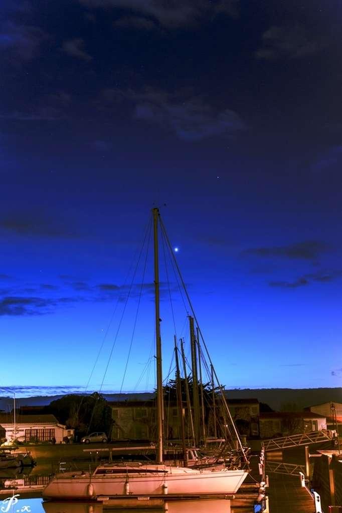 Saturne, Vénus et Mercure (de haut en bas) le matin du 2 décembre depuis le port d'Ars-en-Ré. © Xavier Plouchart