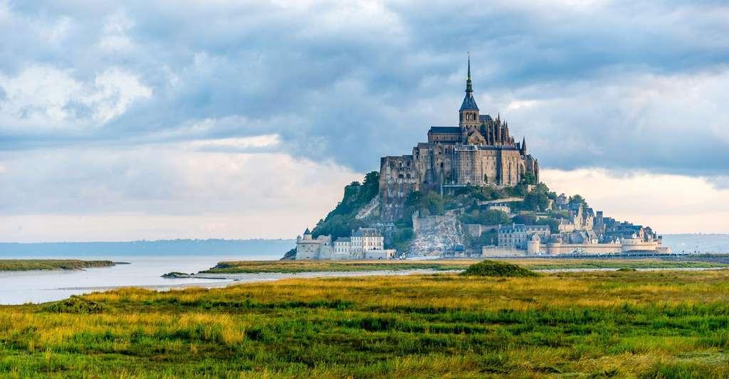 Le Mont-Saint-Michel est un lieu chargé d'histoire. Il devint français en 1204. Son abbaye est particulièrement remarquable. © Boris Stroujko, Shutterstock