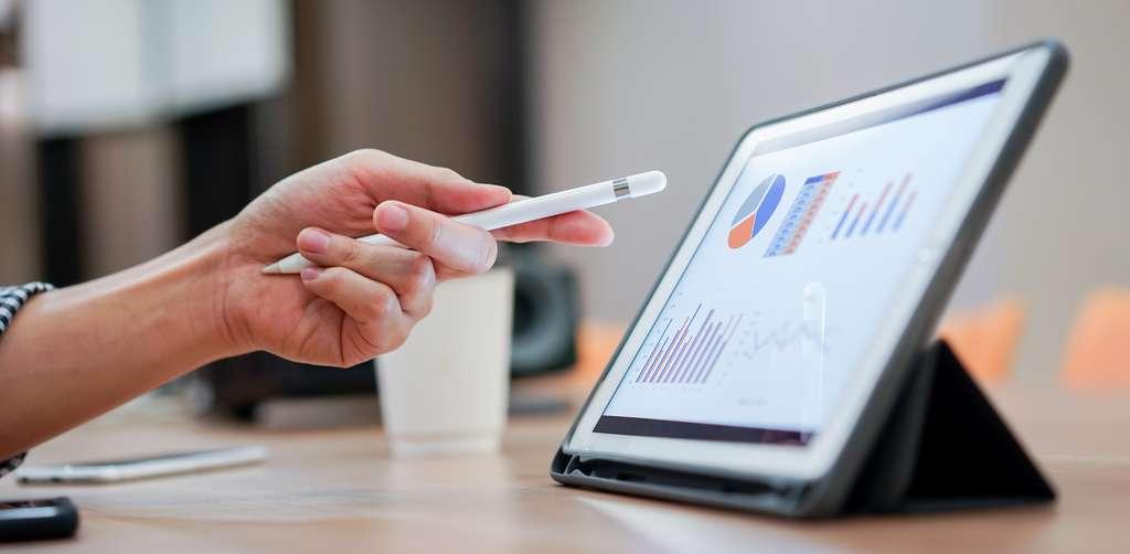 La tablette avec écran facilite l'apprentissage. © chinnarach, Adobe Stock