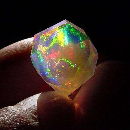 Opale contraluz éclairée par le Soleil © François Mazzero