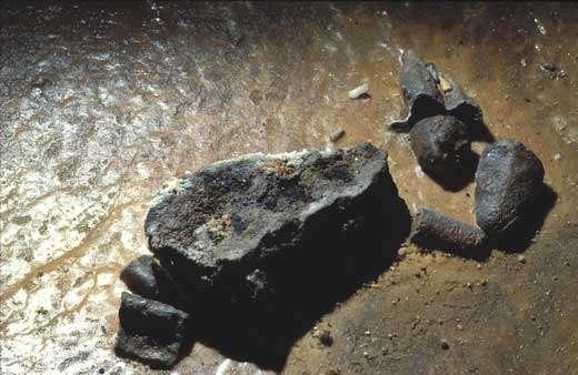 Bloc rocheux couvert de charbons, dans la Salle 2. © Photo Jean Clottes - Tous droits de reproduction interdit
