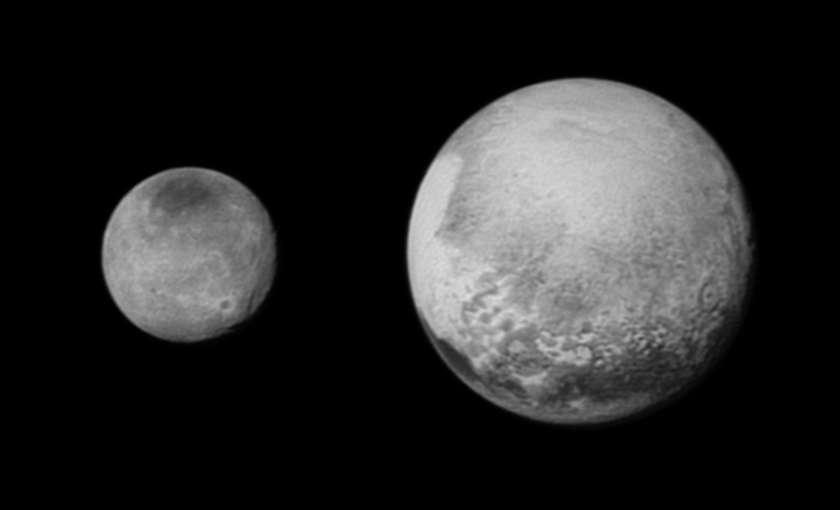 Pluton et Charon vues le 12 juillet à 2,5 millions de kilomètres par le télescope Lorri de la sonde News Horizons. Ces deux images ont été compressées avec perte avant l'envoi vers la Terre. Elles ont été traitées par la technique de déconvolution, augmentant le contraste mais risquant de faire apparaître des détails qui n'existent pas. Les images brutes mesuraient 189 et 94 pixels de large pour, respectivement, celle de Pluton et celle de Charon. Les images non compressées nous parviendront à partir de la fin de l'année 2015. © Nasa / JHUAPL / SwRI