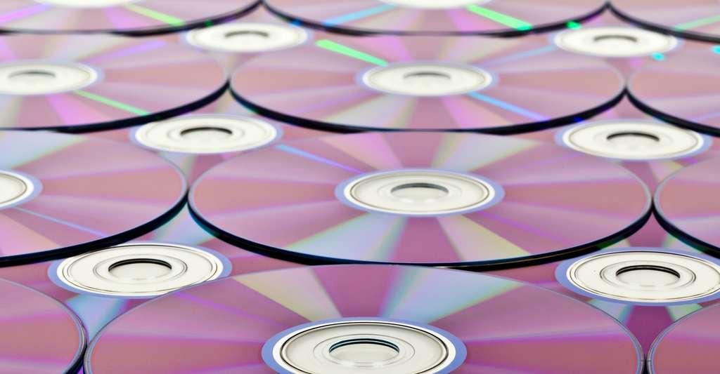 Qu'il s'agisse de CD audio, de données, de DVD ou de Blu-ray, les disques optiques possèdent tous les mêmes dimensions, avec un diamètre de 12 centimètres. Pourtant, en fonction de la technologie employée, la densité des données qu'ils sont capables de stocker peut largement varier. © CCO