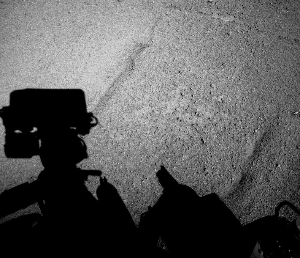 Curiosity a photographié son ombre projetée sur le sol plus lisse où il avance désormais. Image capturée par la caméra de navigation (Navcam) de gauche lors de la fin d'après-midi de son 547e jour sur Mars. Le rover venait de parcourir 100,3 mètres dans la plaine. © Nasa, JPL-Caltech