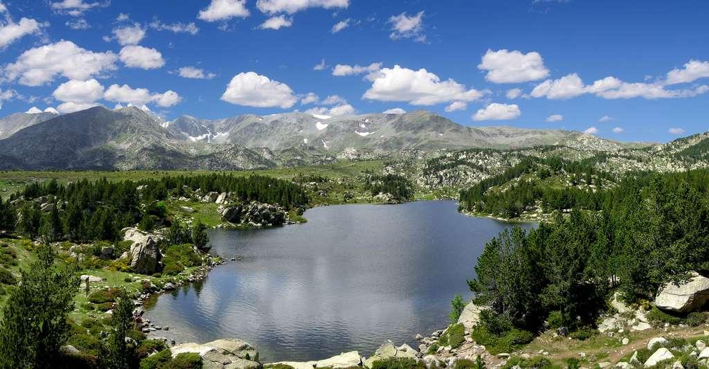 Venez faire du tourisme dans les Pyrénées-Orientales ! Ici, le lac de montagne La Coumasse (2.160 m). © Tobi 87, Wikimedia Commons, CC by-nc 4.0
