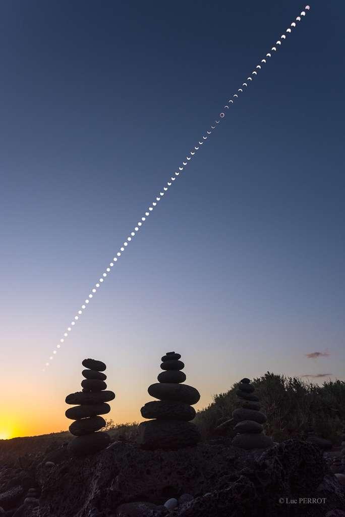 Image composite rassemblant 68 prises de vue de l'éclipse annulaire. Photos prises sur une plage proche de l'Étang-Salé, sur l'île de la Réunion. © Luc Perrot, Twan