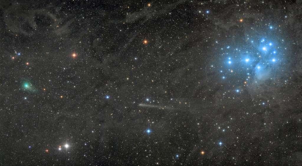 Deux comètes filant dans le Taureau, devant les Pléiades. © Damian Peach