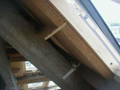 Isolation sous rampant en deux couches croisées de panneaux semi-rigides de 100 mm d'épaisseur. © chanvre-terre-chaux.com
