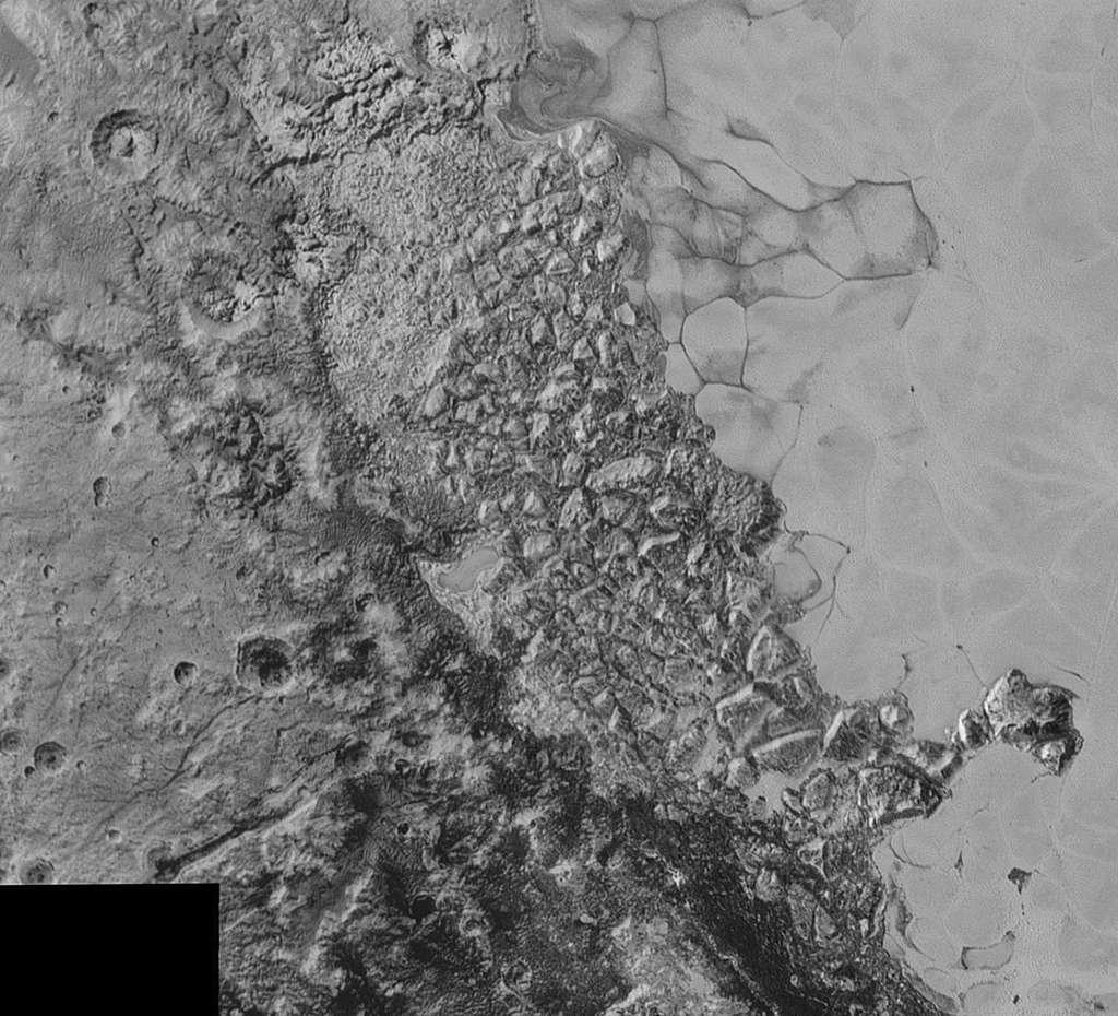 New Horizons était à 80.000 km de Pluton lorsque cette photo a été prise le 14 juillet. Ce paysage de transition fascine par la variété de ses caractéristiques géologiques. L'image couvre un espace large de 470 km, situé en bordure de la grande plaine Spoutnik (à droite), laquelle est emplie d'une glace relativement lisse et visqueuse. Au centre de l'image, on aperçoit un milieu chaotique et brouillé, composé d'une multitude de blocs. Cela rappelle aux chercheurs de la mission certaines régions d'Europe, un des quatre satellites galiléens de Jupiter. À gauche, le terrain est probablement plus ancien au regard des cratères d'impact encore visibles. Dans certaines parties des zones les plus sombres, on distingue des motifs linéaires qui évoquent des dunes. © Nasa, JHUAPL, SwRI