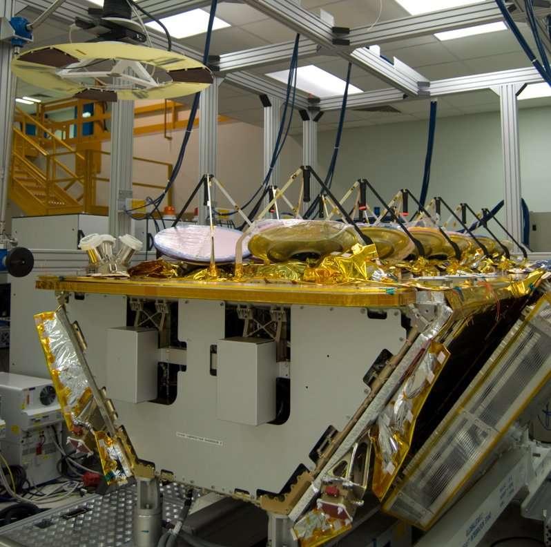 Essai de fonctionnement des senseurs optiques à trois têtes, fournis par l'Esa, nécessaires au satellite pour se localiser par rapport à la Terre. En effet, un pilotage fin de l'altitude du satellite est un élément primordial pour la stabilité du faisceau au sol. Cet essai consiste à simuler la température de la Terre à une distance donnée. La Terre est représentée par l'anneau jaune et noir juste au-dessus des senseurs optiques. © Rémy Decourt