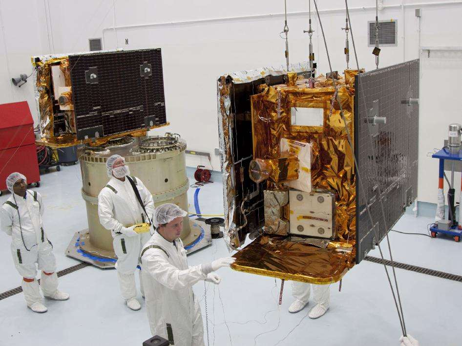 Dans une salle blanche, les techniciens terminent la préparation de Grail-A. Son jumeau, Grail-B, à gauche sur l'image, est déjà prêt. © Nasa