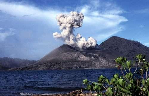 Les volcans insulaires ou côtiers, tels le Tavurvur en Papouasie-Nouvelle-Guinée, peuvent provoquer des tsunamis. © J.-M. Bardintzeff