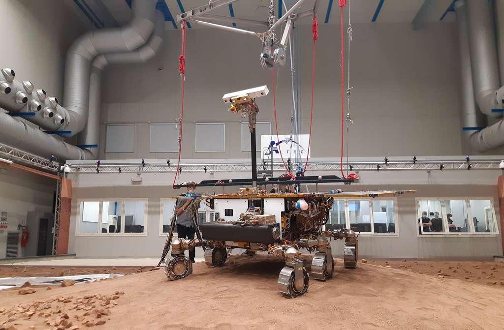 Pour représenter au mieux ce que le vrai rover Rosalind Franklin vivra sur Mars, le « Ground Test Model » ou GTM (un modèle de test) est soutenu par un dispositif pour recréer le niveau de gravité martien. La gravité de Mars représente environ un tiers de la masse totale de 290 kg du rover, de sorte que les deux tiers de la masse totale du rover sont absorbés par le « dispositif de déchargement du rover » fixé au GTM à partir du plafond de la zone d'essai. © Thales Alenia Space
