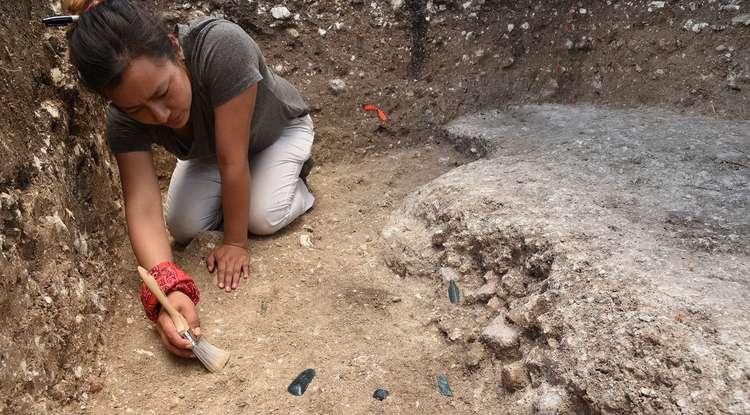 La chercheuse Melina García Hernández excave une partie du site d'Aguada Fénix. © Takeshi Inomata