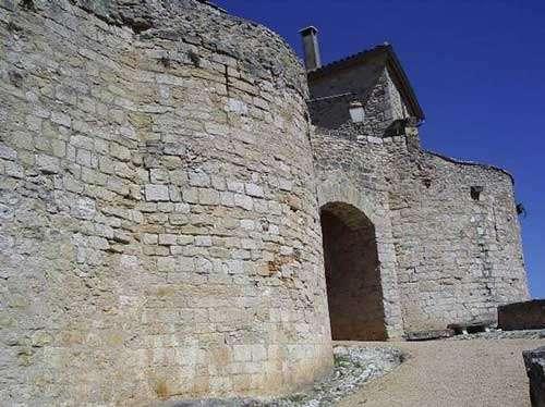 Porte haute (porte de l'Irissou) - Placée après la porte d'arrivée, cette porte protégée par une herse et flanquée de deux tours était la dernière protection. © Photo Michel Robert