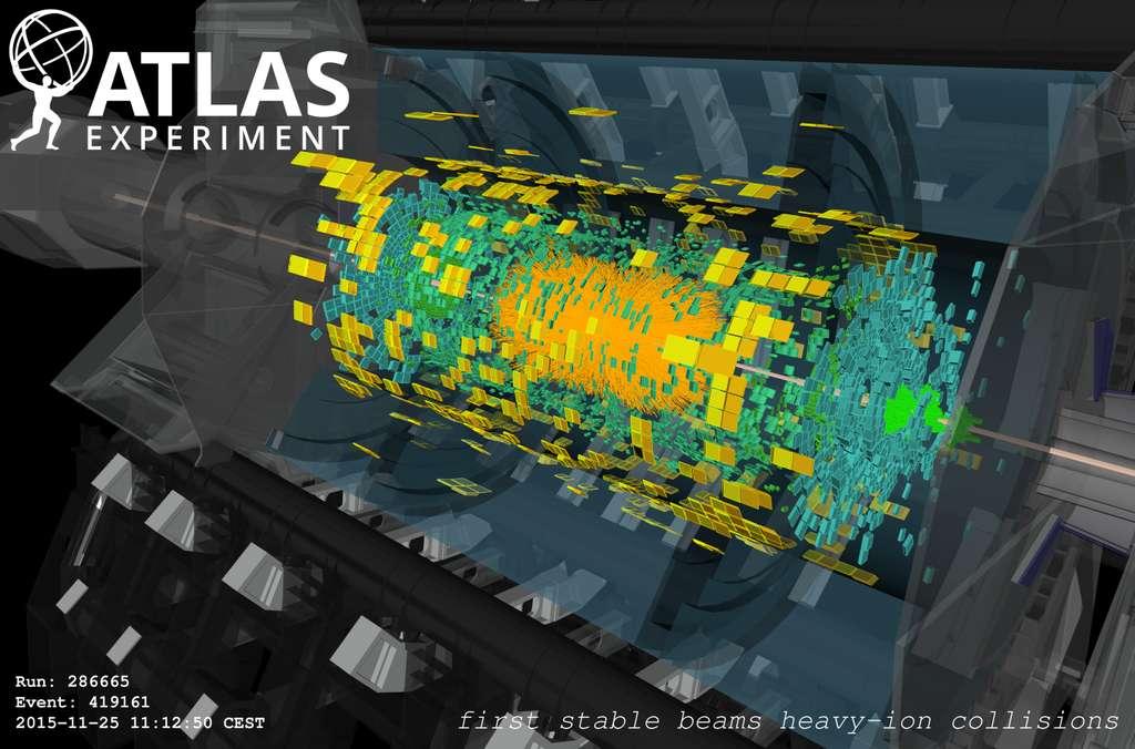 Une des premières collisions d'ions lourds avec des faisceaux stables, enregistrée par Atlas en novembre 2015. Les trajectoires reconstruites des particules dans le cœur du détecteur sont en orange. Les barres vertes et jaunes indiquent des mesures de dépôts d'énergie. © Cern