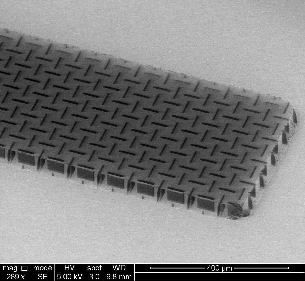 Le nanocardboard est constitué d'un film d'oxyde d'aluminium d'une épaisseur de plusieurs dizaines de nanomètres, formant une plaque creuse d'une hauteur de quelques dizaines de microns. © Université de Pennsylvanie