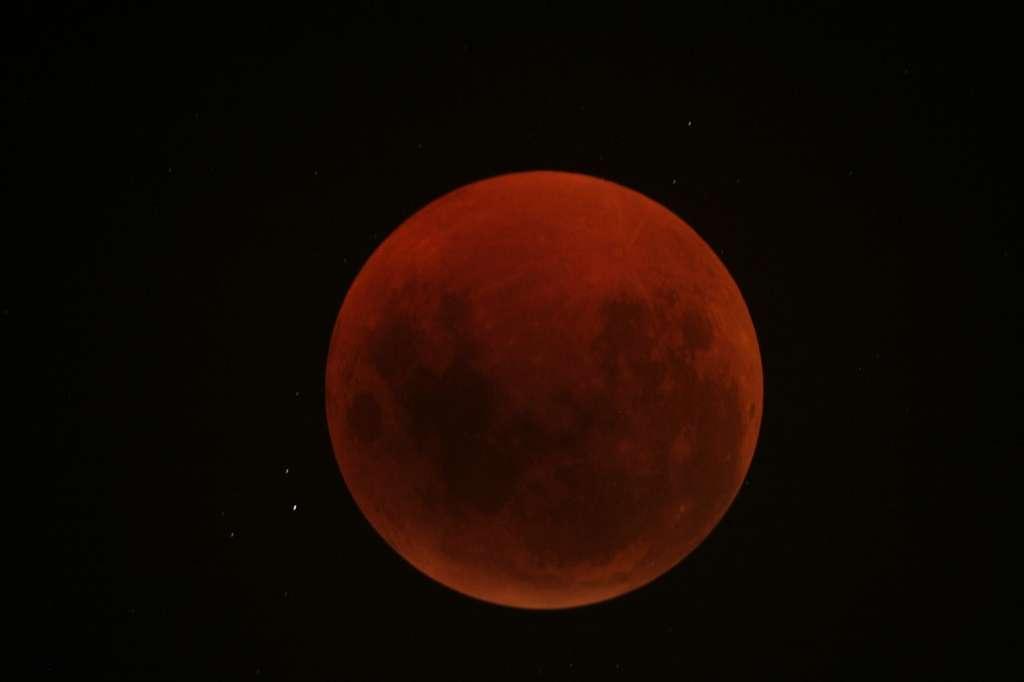 Phase totale de l'éclipse de Lune rouge sombre du 15 juin 2011. © Patrice G.