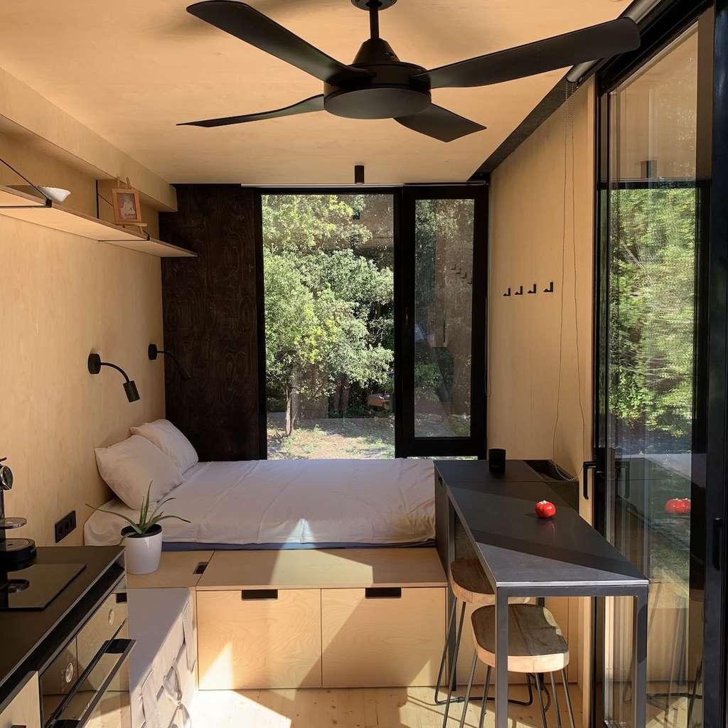 L'approche minimaliste des Tiny House Kabb'inn ne cède rien au confort. L'espace de vie comprend un lit de 140 x 200 cm, une banquette-lit. Le coin cuisine intégrant une double plaque de cuisson vitrocéramique, un réfrigérateur. ©Kab'inn