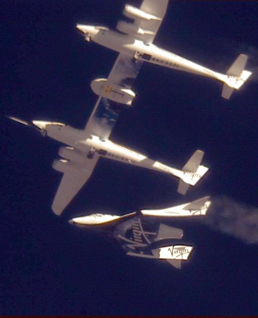Le SpaceShip Two (VSS Entreprise) sera lancé depuis le White Knight 2, un avion aussi long qu'un Boeing 757, l'emportant sous son fuselage, jusqu'à environ une vingtaine de kilomètres d'altitude d'où s'effectuera la séparation des deux engins. Le SpaceShip Two utilisera alors son propre système de propulsion pour rejoindre l'espace. © Virgin Galactic