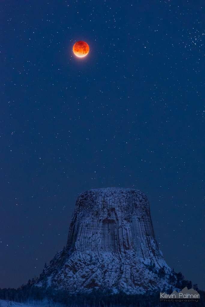 Une nuit glaciale, assombrie et profonde où règne une Pleine Lune sanguine. Photo prise juste avant les premières clartés de l'aube. © Kevin Palmer, Spaceweather