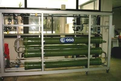 Le second module de l'unité de traitement chez Techno-Membranes. Les quatre cylindres verts contiennent les membranes pour le traitement par osmose inverse, crédits : ESA