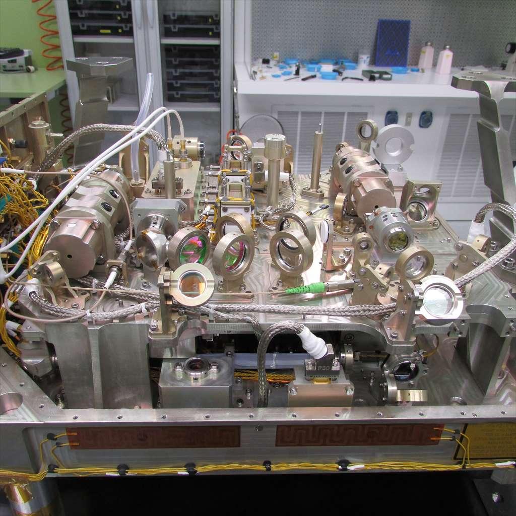 Toute la complexité du satellite Aeolus résumée dans cette image qui montre des dizaines de miroirs du laser Aladin. © Selex-ES