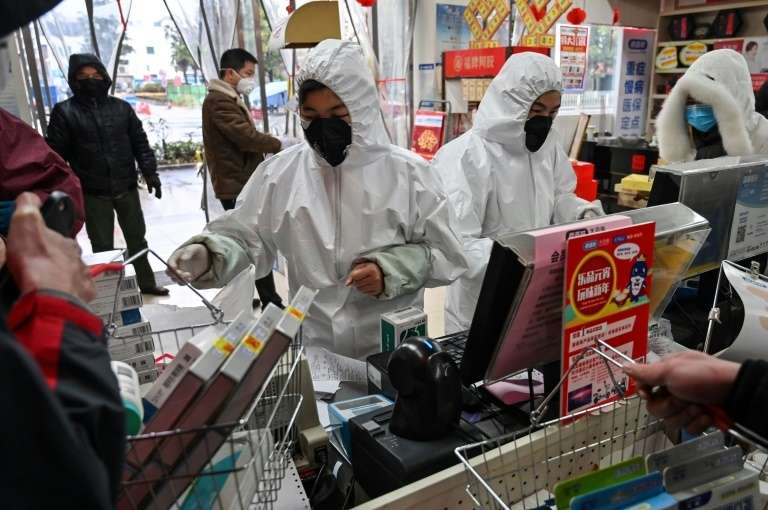 Port du masque obligatoire pour les clients et combinaison de protection pour les serveurs. © Hector Retamal, AFP