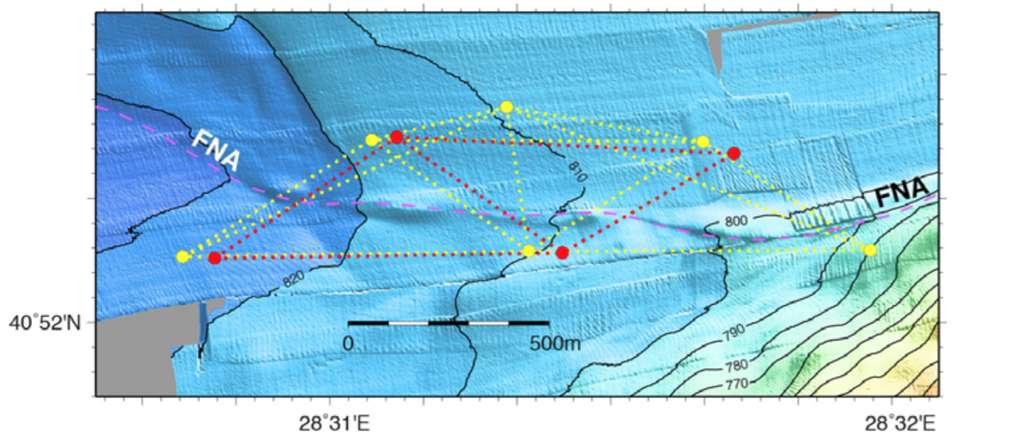 Réseau de balises acoustiques (françaises en rouge, allemandes en jaune) déployées en mer de Marmara, de part et d'autre d'un segment sous-marin de la faille nord-anatolienne (FNA), dont la trace présumée est soulignée par des tirets. © J.-Y. Royer, CNRS-UBO, LDO