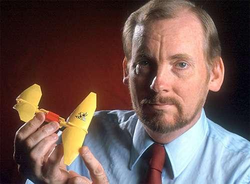 Le professeur Robert Michelson, créateur du robot Entomopter. © DR