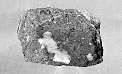 L'âge de cette roche lunaire de 128 grammes collectée lors de la mission Apollo 16 a été estimé à 3,9 milliards d'années, ce qui est plus ancien que 99,99% des sédiments de surface terrestres. L'environnement de notre satellite, dépourvu d'atmosphère et de tectonique, a permis de conserver de tels témoins du passé.