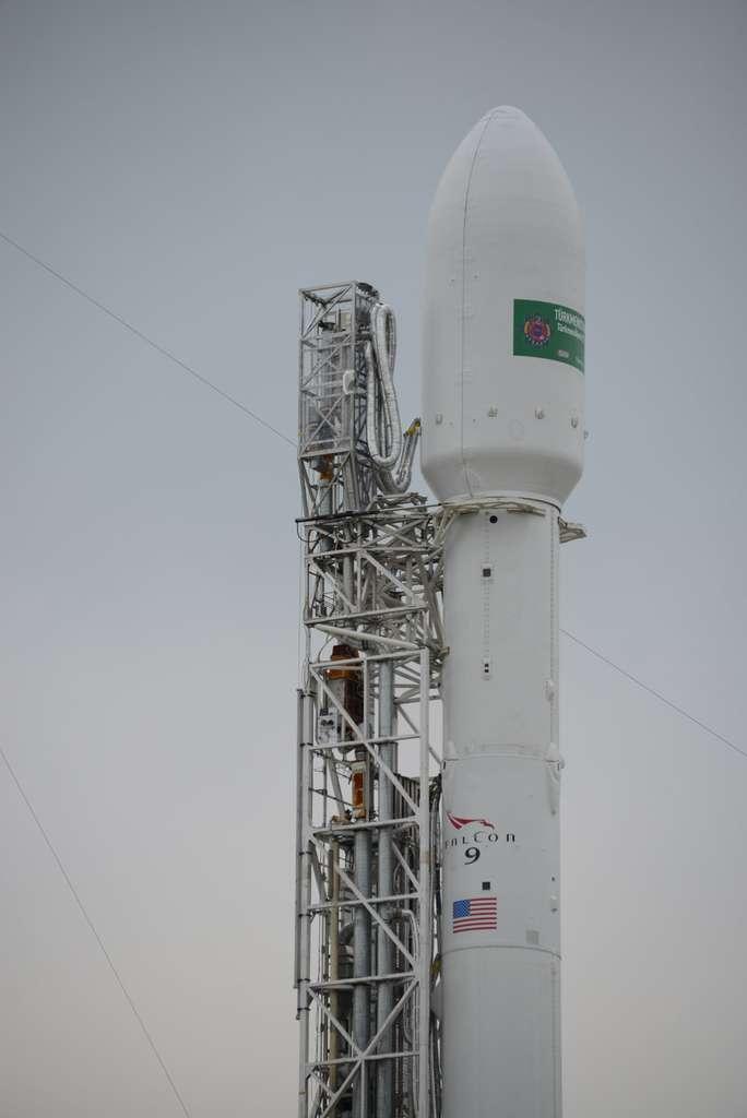 Le lanceur Falcon 9 de SpaceX ce lundi 27 avril, en attente du lancement, avant le remplissage des réservoirs (oxygène liquide et kérosène). © Rémy Décourt