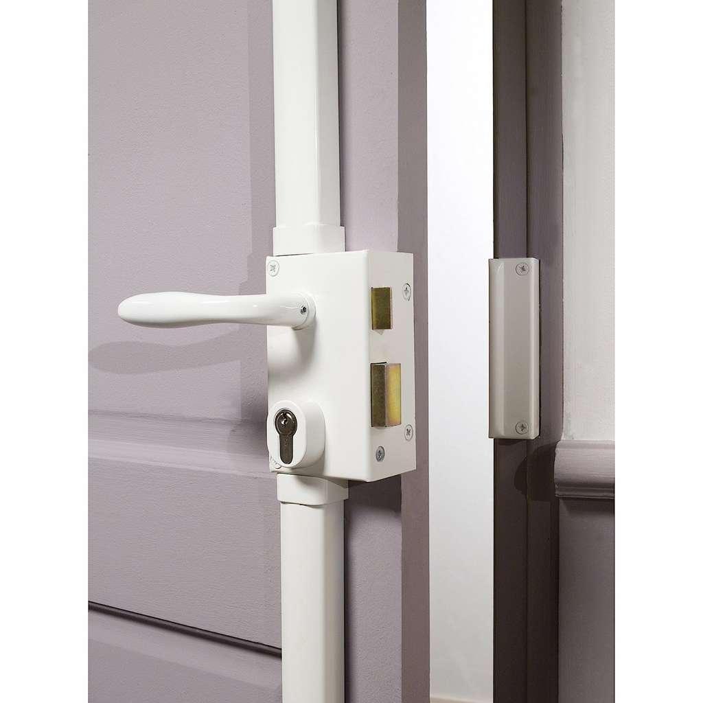 Carénée, la serrure multipoint en applique est plus esthétique et résistante qu'avec tringlerie apparente. Le choix du coffre, de type horizontal ou vertical, dépend de l'emplacement disponible sur la porte. © Bricard