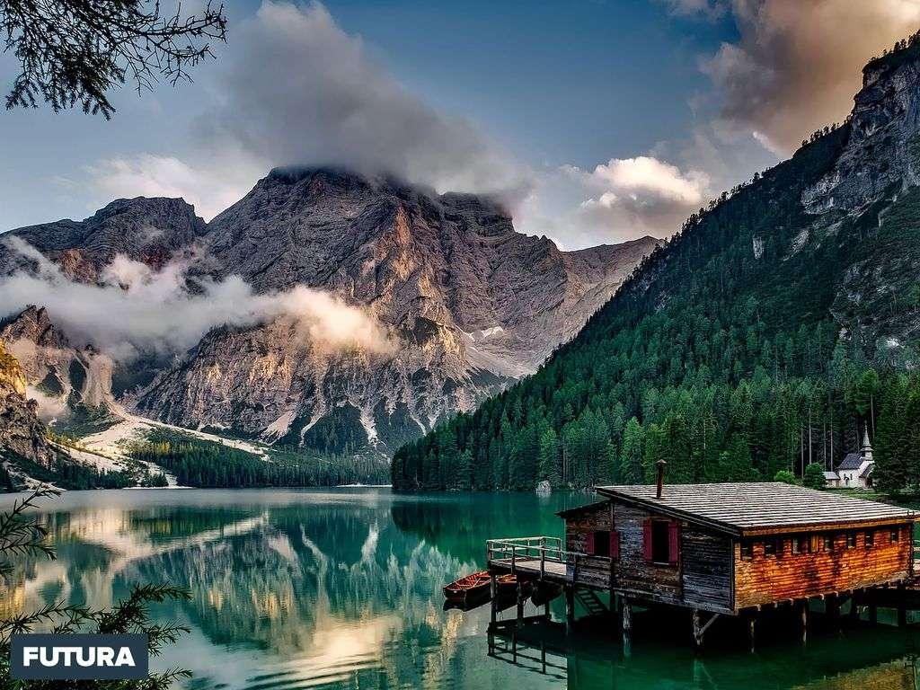Lac des Braies au Tyrol, fait partie des Dolomites et du patrimoine mondial de l'UNESCO