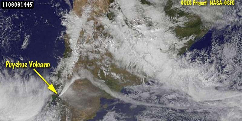 Le même 6 juin, à 16 h 45, un autre satellite GOES (le numéro 13) passe à la verticale du volcan. Le nord est en haut, l'océan Pacifique à gauche et l'Atlantique à droite. Le panache, bien dense, s'élève en s'éloignant vers le nord-est, jusqu'à une dizaine de kilomètres d'altitude, et est ensuite emporté vers l'est. Il passe au-dessus de l'Argentine et traverse ainsi tout le continent sud-américain, large ici d'à peine plus de 1.000 kilomètres. Buenos Aires est plus au nord, sous le massif nuageux. © Nasa/NOAA GOES Project/Dennis Chesters